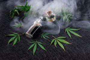 cigarette électronique qui dégage de la fumée d'huile de CBD