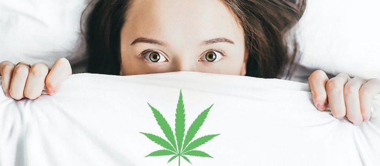 femme dans un lit avec une feuille de cannabis sur les draps