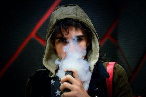 homme qui fume du CBD